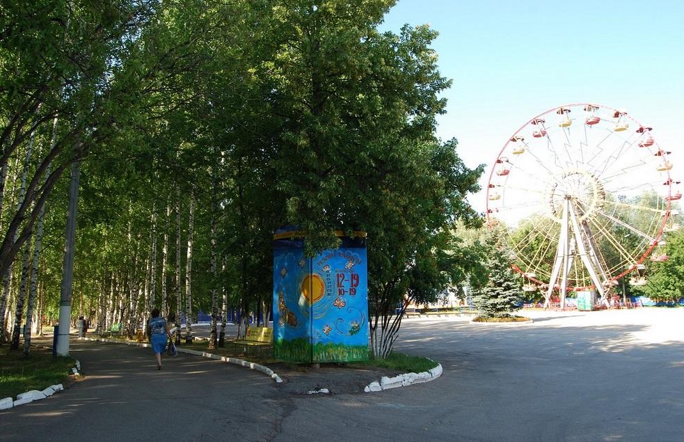 Парк 500-летия - Чебоксары (фото березовой аллеи и карусели)